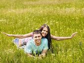 пара на зеленой траве. — Стоковое фото