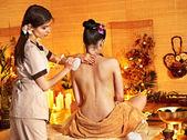 женщина, получить мяч тайский травяной массаж. — Стоковое фото