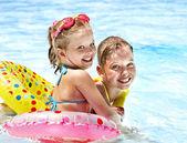 Děti v bazénu. — Stock fotografie
