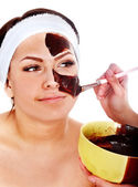 çikolata yüz maskesi olan genç bir kadın. — Stok fotoğraf