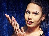 Rostro de mujer mojada con gota de agua. — Foto de Stock