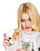 Mujer joven usando spray para la garganta. — Foto de Stock