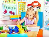 Dziecko malowanie na sztalugach. — Zdjęcie stockowe