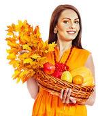 举行秋季篮子里的女人. — 图库照片