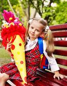 Enfant avec cône de l'école. — Photo