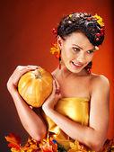 Vrouw met herfst vruchten. — Stockfoto