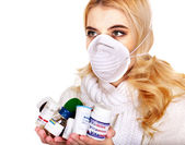 Młoda kobieta o grypę bierze pigułki. — Zdjęcie stockowe