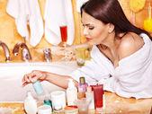 Woman applying moisturizer. — Stockfoto