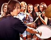 Skupina lidí hraje kytara. — Stock fotografie