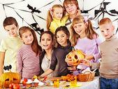 Rodina s dítětem drží udělat vyřezávané dýně. — Stock fotografie