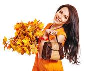 žena hospodářství oranžová kabelka — Stock fotografie