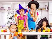 Familie halloween essen zubereiten. — Stockfoto