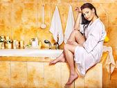 Mulher, banho relaxante em casa. — Fotografia Stock