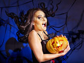 Witch holding pumpkin — Stockfoto
