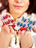 женщина, имеющая таблетки и таблетки. — Стоковое фото