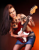 Fille agressive avec tatouage, jouer de la guitare. — Photo