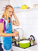 Infeliz mujer cansada de cocina. — Foto de Stock