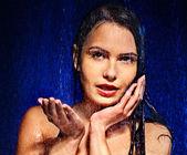 ıslak kadın yüzü ile su damlası. — Stok fotoğraf