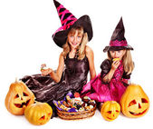 Niños de la bruja en fiesta de halloween. — Foto de Stock