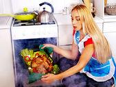 Pollo cottura donna in cucina. — Foto Stock