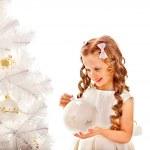 criança decorar uma árvore de Natal — Foto Stock
