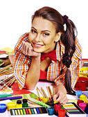 Donna artista con tavolozza di vernice. — Foto Stock