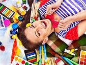 艺术家女人与漆调色板. — 图库照片