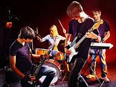 Groep mensen spelen gitaar. — Stockfoto