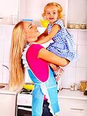 Mère de nourrir l'enfant à la cuisine. — Photo