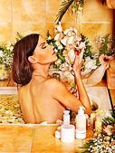 Femme, appliquer la crème hydratante. — Photo