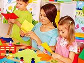 Crianças com o professor em sala de aula. — Fotografia Stock