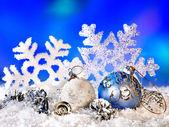 Weihnachten-Stillleben mit Schneeflocke und ball. — Stockfoto
