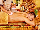 Man få växtbaserade boll massagebehandlingar . — Stockfoto