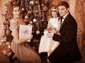 Family with children dressing Christmas tree. — Stok fotoğraf