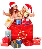 Chica del sombrero de santa con caja de regalo de navidad. — Foto de Stock
