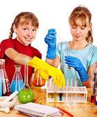 Bambini in classe di chimica. — Foto Stock