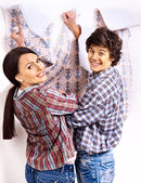 Family glues wallpaper at home. — Zdjęcie stockowe