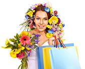 Woman with shopping bag holding flower. — Foto de Stock