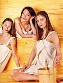 Vriendinnen ontspannen in de sauna — Stockfoto
