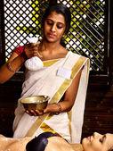 Masaje de mujer y arroz de la india — Foto de Stock