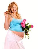 怀孕的女人与花. — 图库照片