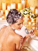Vrouw wast haar hoofd in de badkamer. — Stockfoto