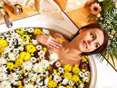 Vrouw toepassing moisturizer. — Stockfoto