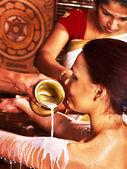 Mujer teniendo tratamiento de ayurvedic spa. — Foto de Stock
