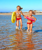 Crianças correndo na praia de mãos dadas. — Foto Stock