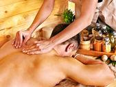 Femme se massage au bambou. — Photo