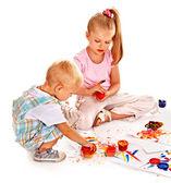 子供の指塗料による塗装. — ストック写真