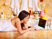 Frau zu Hause Luxus Entspannungsbad. — Stockfoto
