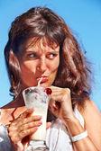 Mujer beber cócteles en la playa. — Foto de Stock