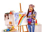 Vrouwelijke kunstenaar op het werk. — Stockfoto